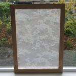 Dit kanten schilderij is ideaal voor in de vensterbank en geeft privacy