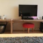 Met behulp van dikke steigerbalken wordt een strak en stoer meubel gecreëerd.