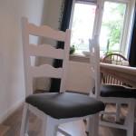 Door de opknapbeurt van het houtwerk en stoffering van het zitvlak is deze stoel weer zo goed als nieuw